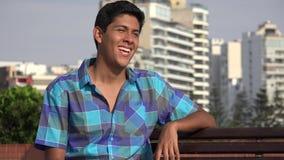 Parco urbano teenager maschio felice stock footage
