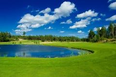 Parcours ouvert de golf le long d'un étang Photos stock