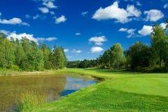 Parcours ouvert de golf le long de l'étang Image stock