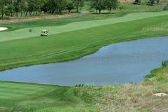 Parcours ouvert de terrain de golf avec le risque de l'eau Image libre de droits