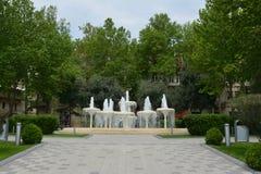 Parcs de ville de Bakou, fontaines photos libres de droits