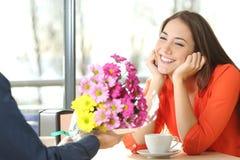 Pardatummärkning och pojkvän som ger blommor royaltyfri foto
