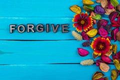 Pardonnez le mot sur le bois bleu avec la fleur photo stock