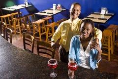 pardrinkar som tycker om restaurangen Arkivbilder