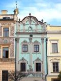 Pardubice,捷克共和国 历史大厦的门面在市中心 库存图片