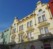 Pardubice,捷克共和国 历史大厦的门面在市中心 图库摄影