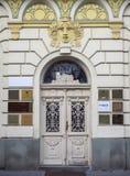 Pardubice, República Checa Adorne la puerta del hierro de un edificio de lujo Imagenes de archivo