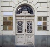 Pardubice, república checa Decore a porta do ferro de uma construção luxuosa fotografia de stock