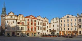 Pardubice Tjeckien Fasaden av de historiska byggnaderna i centret arkivbild