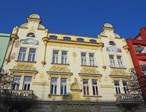 Pardubice Tjeckien Fasaden av de historiska byggnaderna i centret royaltyfria foton
