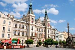 Pardubice, Tsjechisch Rep: Stadhuis & het Vierkant van de Markt Stock Afbeeldingen
