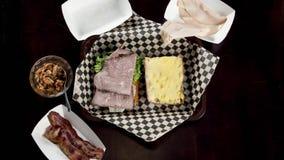 Pare a ação que faz de um sanduíche de clube com uma cerveja vídeos de arquivo