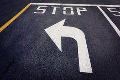 Pare antes da seta esquerda da volta na rua Imagens de Stock Royalty Free