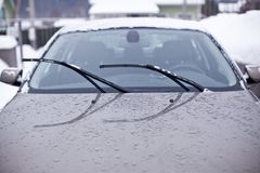 Pare-brise avant de la voiture un jour pluvieux Photos libres de droits