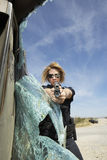 Pare-brise cassé par Aiming Gun Through femelle de policier Images libres de droits