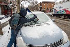Pare-brise de nettoyage de voiture d'homme de glace photographie stock libre de droits