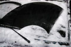 Pare-brise de véhicule avec la neige Photo stock