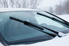 Pare-brise de voiture avec les essuie-glace fonctionnants photographie stock