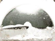 Pare-brise de voiture couvert de neige Image libre de droits