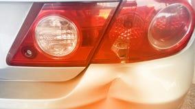 Pare-chocs arrière bosselé endommagé de voiture et lumière cassée de queue après accident d'accident photos libres de droits