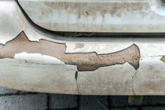 Pare-chocs arrière cassé sur la fin blanche sale de voiture  images stock