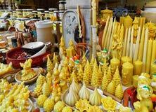 Pare com figuras de cera no mercado do Natal de Riga da rua Fotos de Stock Royalty Free
