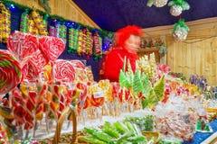 Pare com os doces coloridos no mercado do Natal de Vilnius Imagens de Stock Royalty Free
