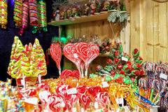 Pare com os doces coloridos no mercado do Natal de Vilnius Fotografia de Stock