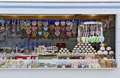 Pare com sweeties em uma feira comercial exterior Imagens de Stock Royalty Free