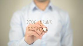 Pare a condução bêbada, escrita do homem na tela transparente imagem de stock royalty free