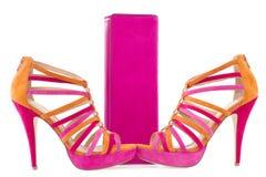 Pare das sapatas cor-de-rosa e alaranjadas e de um saco de harmonização Fotografia de Stock Royalty Free