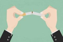 Pare de fumar, as mãos humanas que quebram o cigarro Foto de Stock Royalty Free