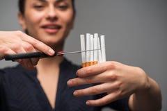 Pare de fumar o conceito Cigarros do corte da jovem mulher Imagem de Stock
