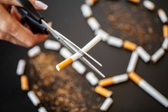 Pare de fumar o conceito no fundo com cigarros quebrados heap imagem de stock