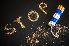 Pare de fumar o conceito no fundo com cigarros quebrados heap foto de stock royalty free