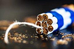 Pare de fumar o conceito no fundo com cigarros quebrados heap imagens de stock royalty free