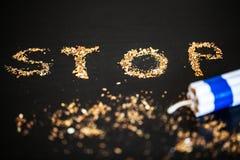 Pare de fumar o conceito no fundo com cigarros quebrados heap imagem de stock royalty free