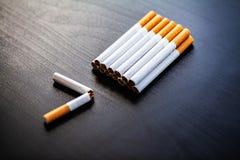 Pare de fumar o conceito no fundo com cigarros quebrados heap fotografia de stock royalty free