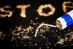 Pare de fumar o conceito no fundo com cigarros quebrados heap foto de stock