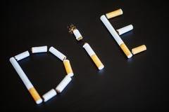 Pare de fumar o conceito no fundo com cigarros quebrados heap fotos de stock royalty free