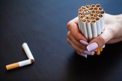 Pare de fumar o conceito no fundo com cigarros quebrados heap fotografia de stock