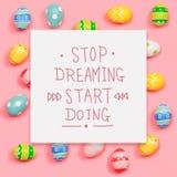 Pare de sonhar o começo que faz a mensagem com ovos da páscoa fotografia de stock