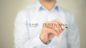 Pare de traficar, escrita do homem na tela transparente foto de stock
