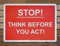 Pare e pense o sinal Fotografia de Stock Royalty Free