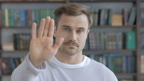 Pare el gesto por el hombre adulto, negando y rechazando metrajes