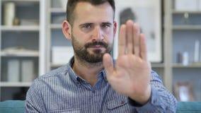Pare el gesto por el hombre adulto, negando y rechazando foto de archivo libre de regalías