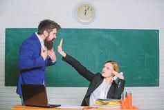 Pare el hablar conmigo Cr?ticas y concepto de la objeci?n El profesor quisiera que el hombre cerrara para arriba Cerrado por favo fotografía de archivo libre de regalías