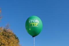 Pare el lema del ttip en el globo imagen de archivo libre de regalías
