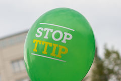 Pare el lema del ttip en el globo fotografía de archivo