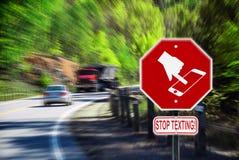 Pare el mandar un SMS mientras que conduce - carretera Imágenes de archivo libres de regalías